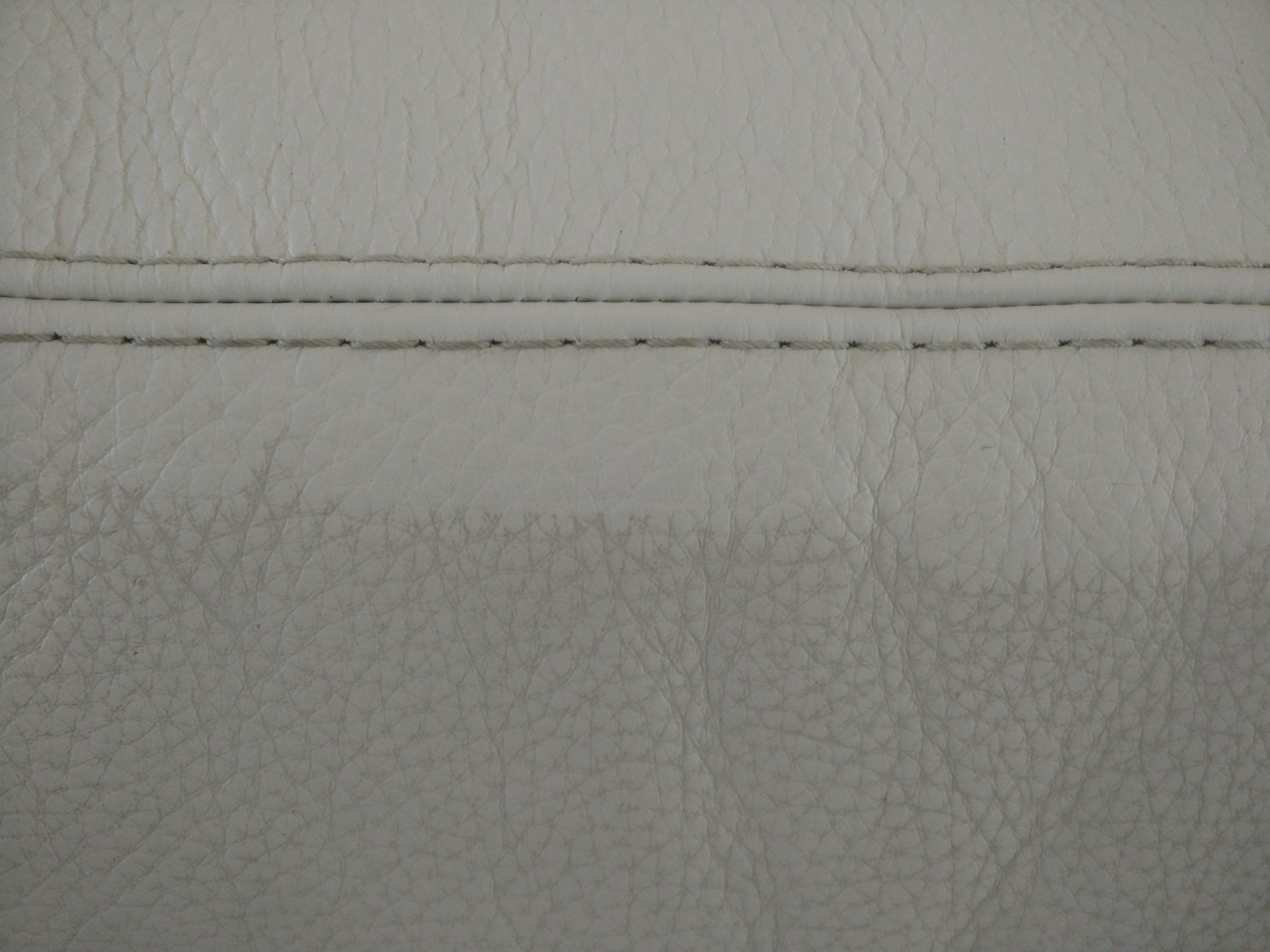 Comment nettoyer un canap en cuir blanc main passant un - Nettoyage canape cuir blanc ...